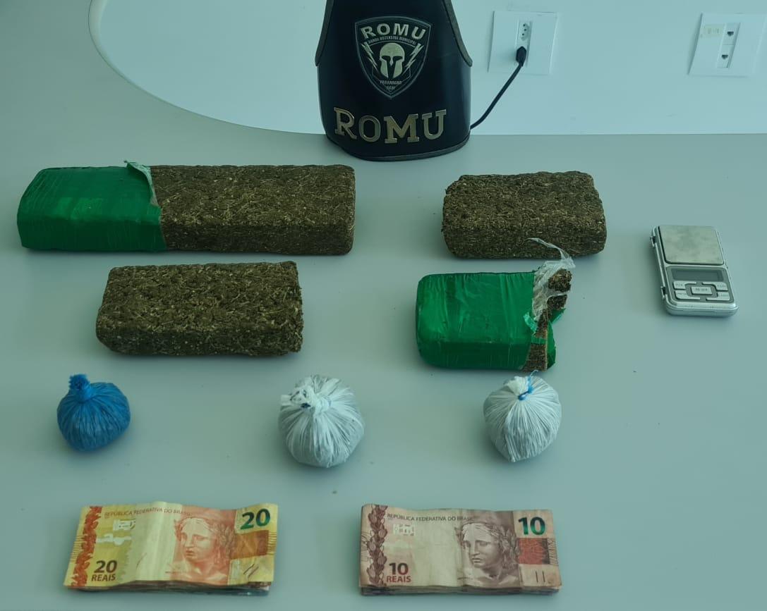 ROMU encontra tabletes de maconha dentro do banheiro de uma casa na Vila Cruzeiro