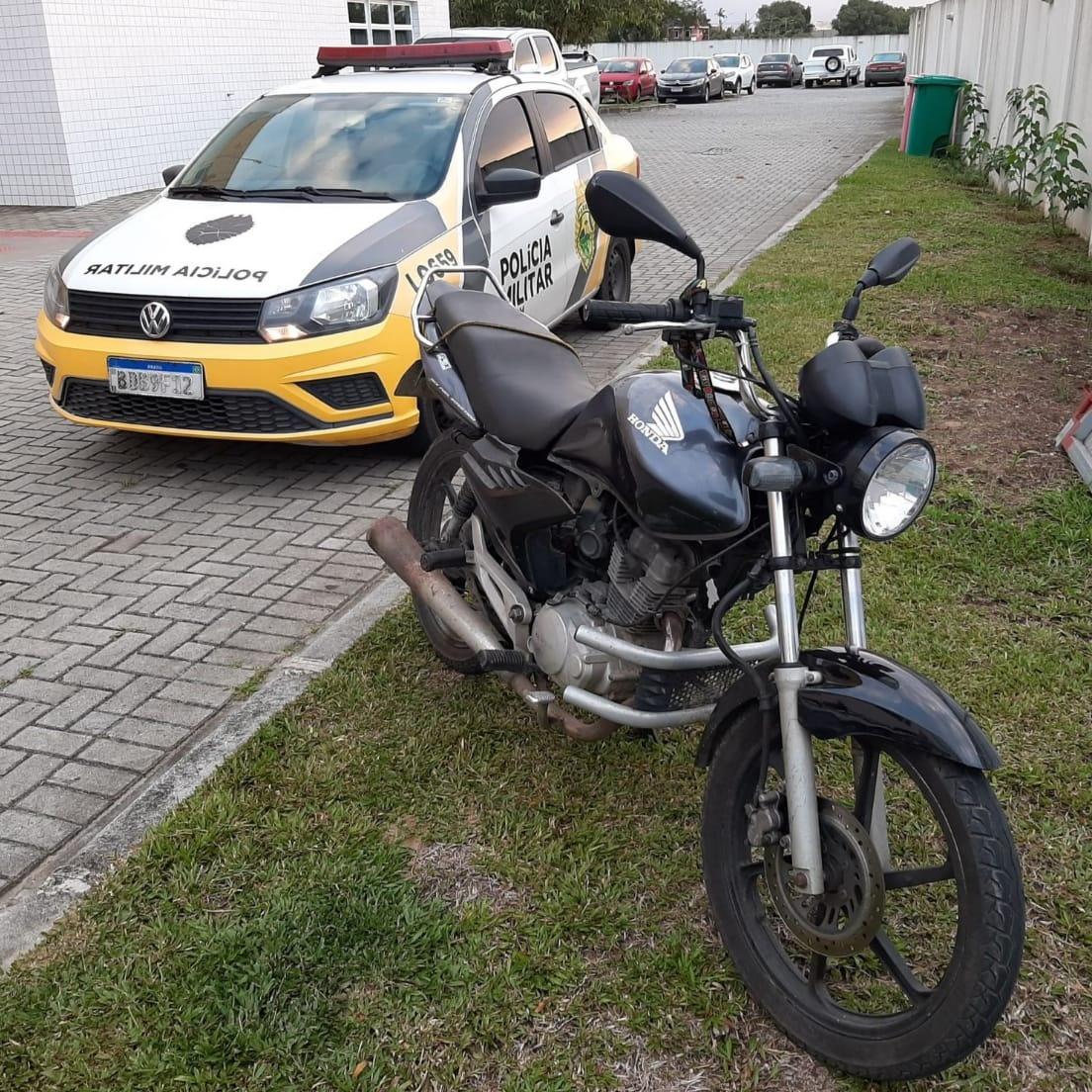 A motocicleta, usada no atentado a tiros, foi apreendida. O alvo dos disparos não foi atingido.