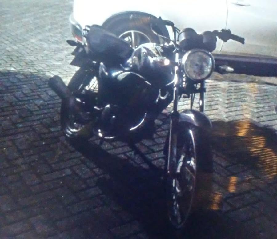 Indivíduo é flagrado pela GCM empurrando motocicleta na região central
