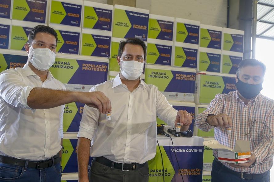 """""""Queremos que os municípios aproveitem o fim de semana para vacinar o maior número possível de pessoas"""", afirma o governador Ratinho Júnior (Foto: Gilson Abreu/AEN)"""