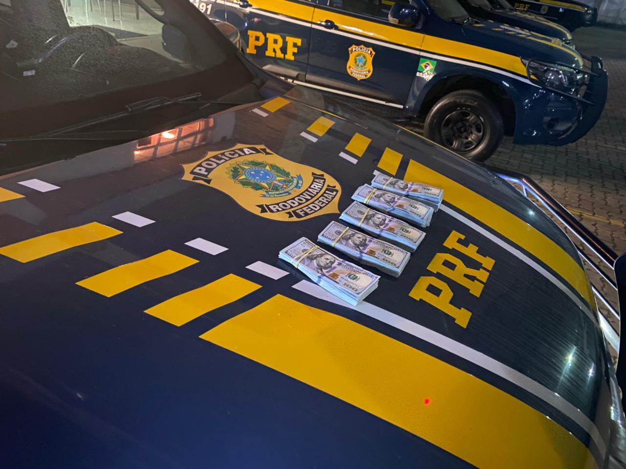 A caminhonete Fiat Toro, ocupada por um casal, foi parada na BR-376, na região de Guaratuba, no litoral do estado